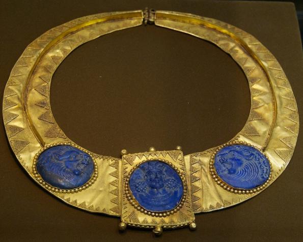 عکس گردنبند طلا با نقش شاه ساسانی