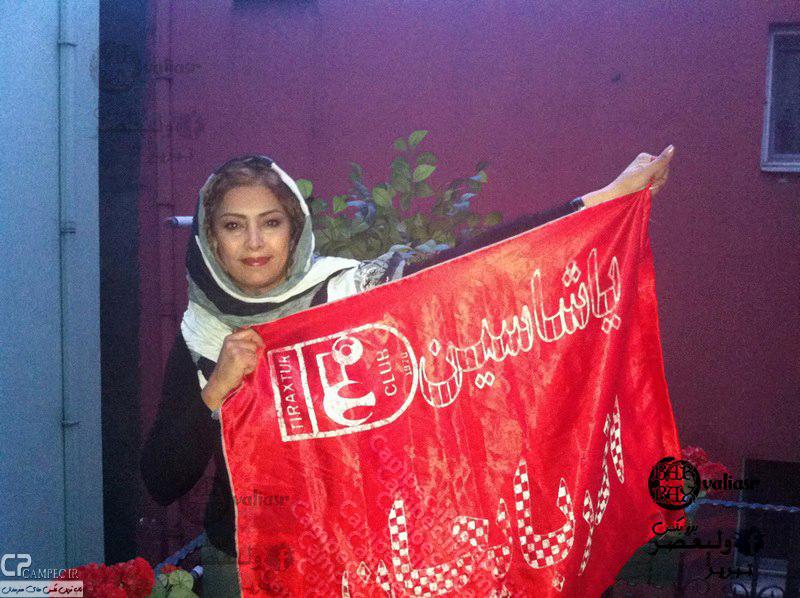 عکس لادن طباطبایی با پرچم تراکتور سازی تبریز