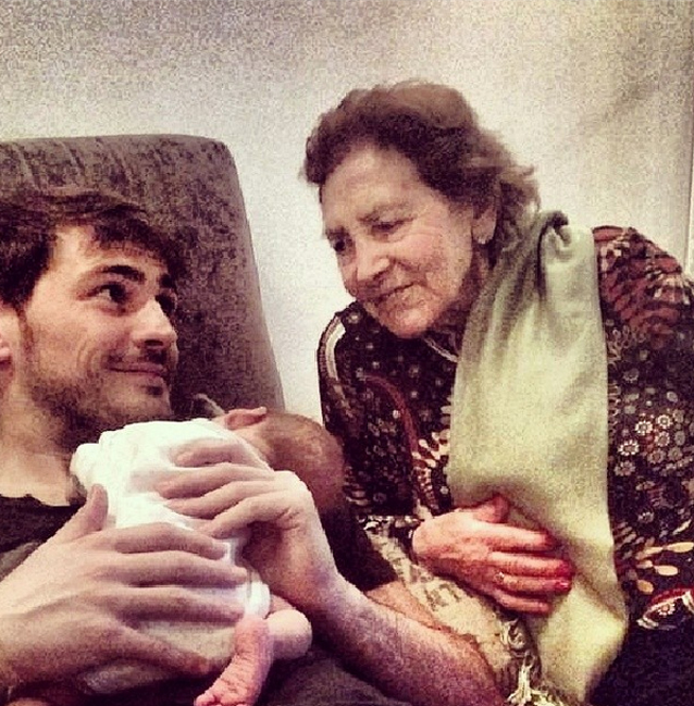 http://s5.picofile.com/file/8109969026/Casillas_abuela_hijo_Martin_Instagram.jpg