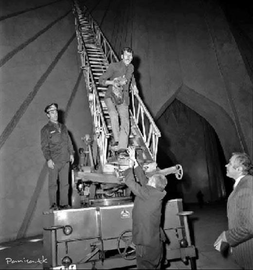 نجات دادن گربهای که بالای برج آزادی گیر افتاده بود – دهه ۵۰