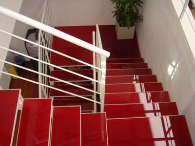 پله با روکش شیشه قرمز