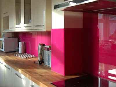 دیوارپوش شیشه ای صورتی در آشپزخانه