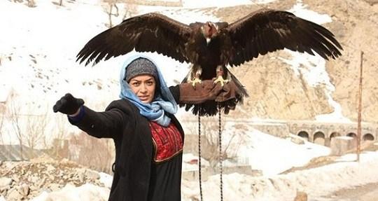 عکس جالب الهام چرخنده با یک عقاب روی دستش