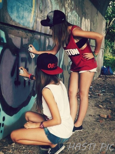 girls_graffiti_snapback_vans_of_the_wall