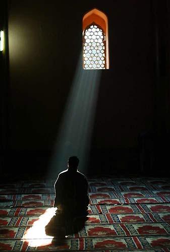 یک شبی مجنون نمازش را شکست