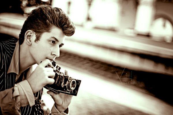 عکاس در  حین گرفتن عکس
