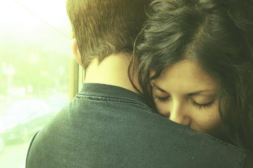 چون شعرِ پنهان در گلویی دوستت دارم