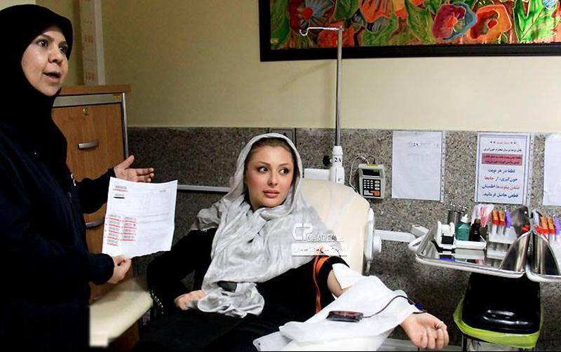 عکس های نیوشا ضیغمی و امیر حسین رستمی در حال اهدای خون