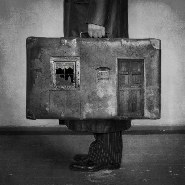 هم جا برای اینکه بمانم نبود و نیست  هم موقع سفر چمدانم نبود و نیست
