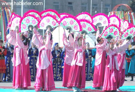 http://s5.picofile.com/file/8115558400/07kirgizistan_da_nevruz_bayra.jpg