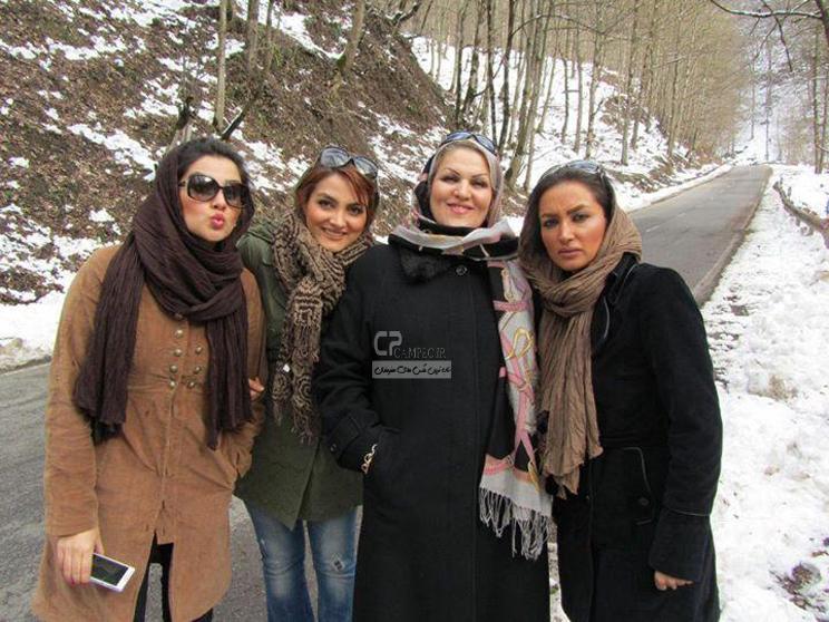 روناک یونسی به همراه مادرش و دو خواهرش