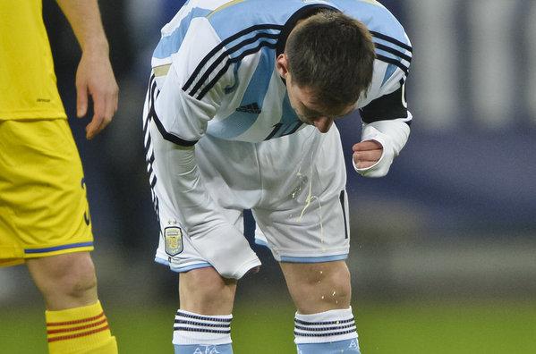 http://s5.picofile.com/file/8116150334/Leo_Messi_vomita_en_la_cancha_54402074103_54115221154_600_396.jpg