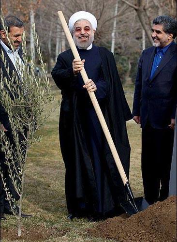 دکتر روحانی در حال بیل کاری!!