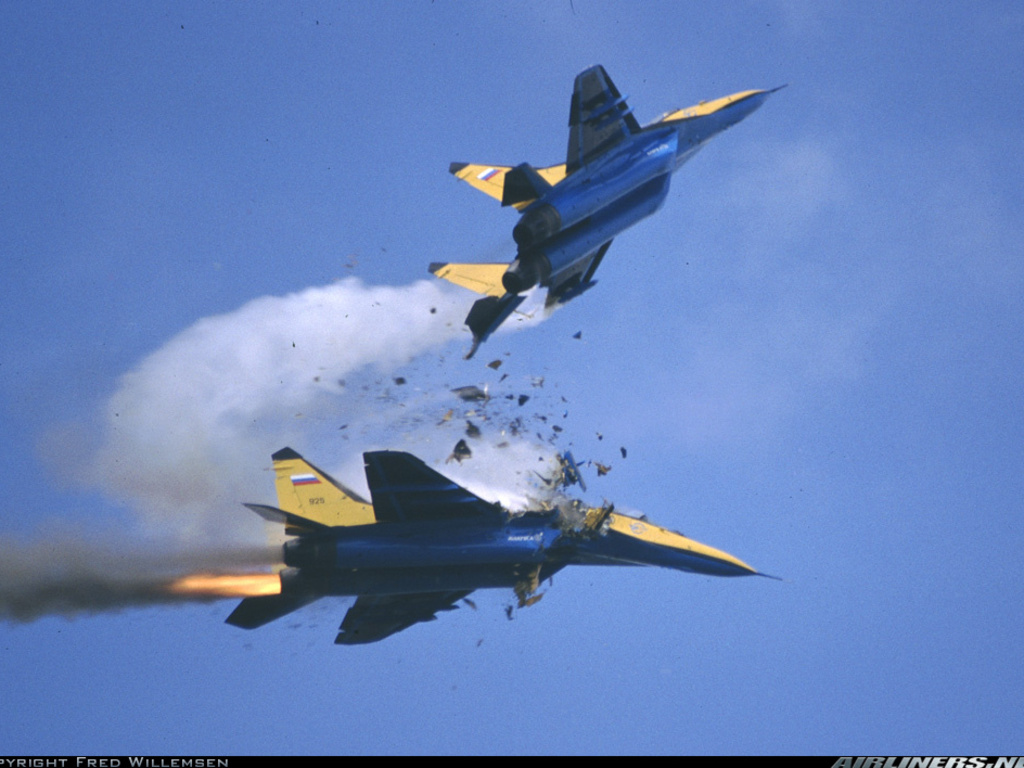 MIG_29_MIDAIR_CRASH_Wallpaper_yvt2.jpg