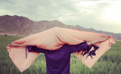 شل میکنم فقط گره ی روسریم را