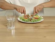 تغذیه: ضررهای مصرف آب هنگام غذا خوردن