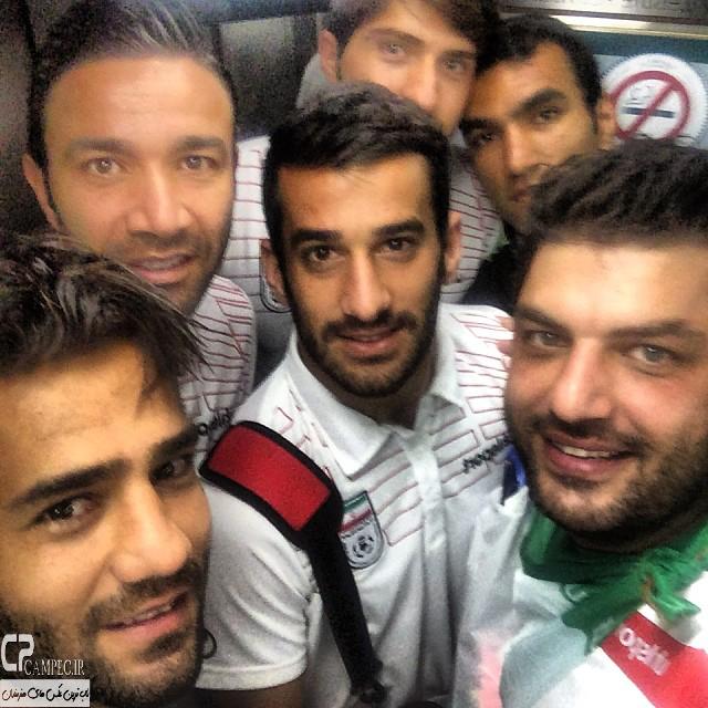 سام درخشانی در کنار بازیکنان تیم ملی