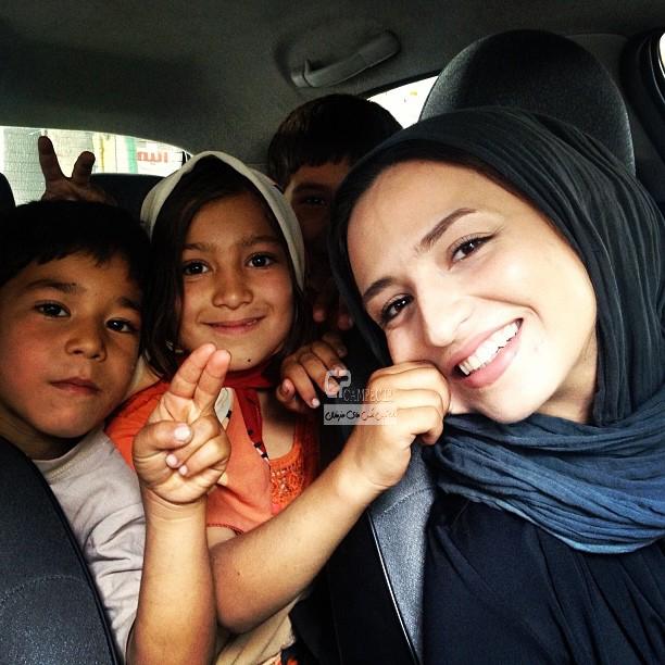 گلاره عباسی در بین کودکان کار