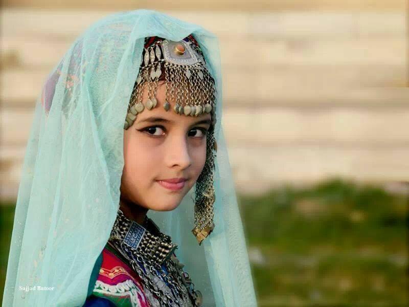 http://s5.picofile.com/file/8132456034/afghan_girl.jpg