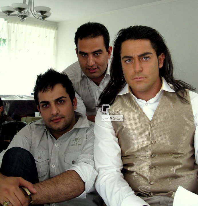 محمد رضا گلزار و حامد کمیلی در پشت صحنه فیلم سینمایی دو خواهر