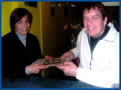 شکوهه عمرانی (دقیق ) در حال اهدای ترجمه کتاب آرمان نامه حکیم ارد بزرگ به کریستیان زوگ رهبر حزب دآل کشور سوییس و عضو ارشد شورای شهر ژنو