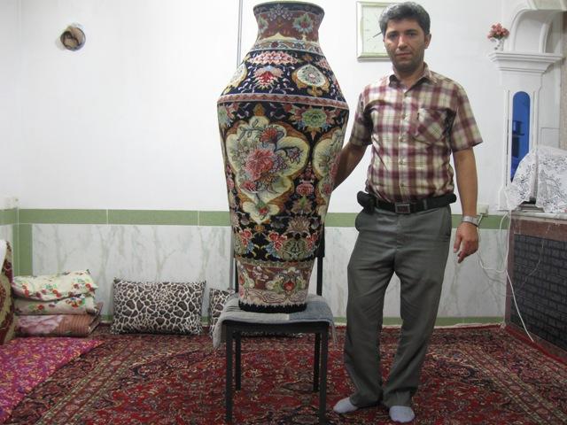 آقای الهوردی بابازاده قاضی جهانی  هنرمند در تولید و بافت فرشهای حجمی