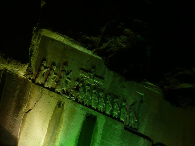 بیستون در شب