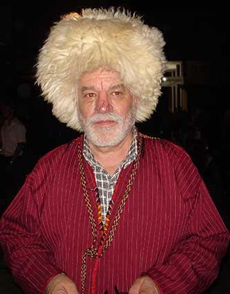 حسین محمدزاده صدیق در لباس ترکمنی