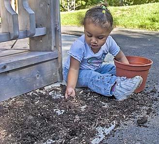 دختر خاک بازی، گلدان خاک، دختر بچه بانمک، حیاط خانه بازی بچه