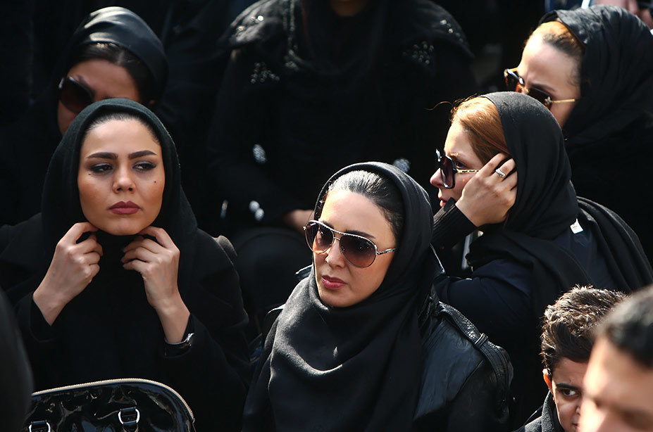 لیلا بلوکات و آزاده زارعی در مراسم تشییع پیکر مرتضی پاشایی