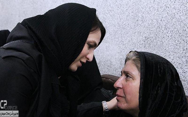 گلاره عباسی و مادر مرتضی پاشایی در مراسم ختم مرتضی پاشایی