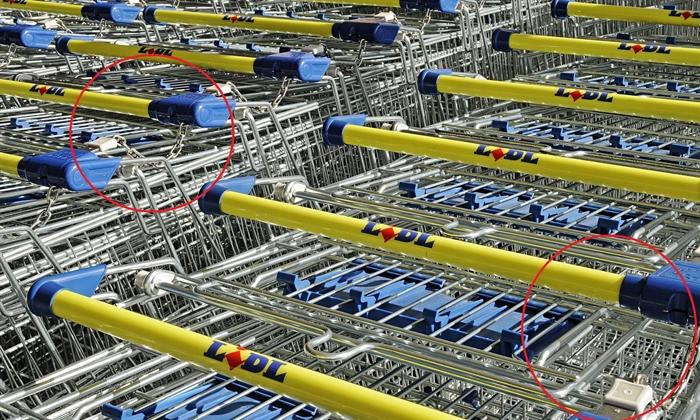 چرخ های فروشگاه ها که با زنجیر به هم وصل شده اند