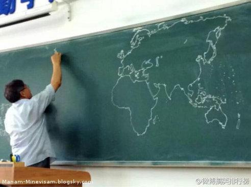 کشیدن نقشه و اطلس جهان با دست روی تخته سیاه کلاس درس توسط معلم چینی بدون نگاه کردن به نقشه واقعی