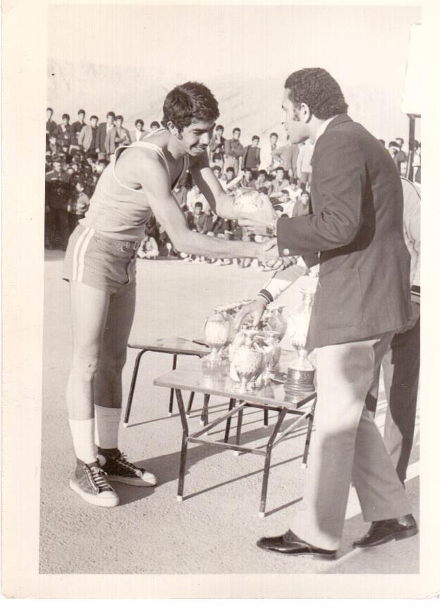 یادبودی مسابقات بسکتبال جام دهه انقلاب در کازرون-هنگام دریافت کاپ از جتب آقای حقیقی فرماندار کازرون-بهمن 1351