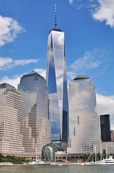 سازه های عظیم (6)  مرکز تجارت جهانی شماره 1 (Freedom Tower)  مکان :نیویورک, ایالات متحده آمریکا تاریخ آغاز ساخت :۲۷ آوریل ۲۰۰۶ تاریخ شروع بهره برداری :۳ نوامبر ۲۰۱۴ هزینه ساخت :۳٫۹ میلیارد دلار ارتفاع بدون آنتن مخابراتی : 417 متر ارتفاع کل : 541 متر مهندس معمار : دیوید چایلدز، دانیل لیبسکند مهندس سازه : WSP Group  پس از حملات 11 سپتامبر سال 2001 میلادی و تخریب ساختمان شماره های 1و2 مرکز تجارت جهانی نیویورک اکنون سازه منحصر به فردی با عنوان (Freedom Tower) جایگزین سازه شماره 1 تخریب شده گردیده است. مرکز تجارت جهانی یک (که به صورت ساده به آن ۱ WTC یا ۱ World Trade Center هم گفته میشود) که در ابتدای کار به آن برج آزادی (Freedom Tower) گفته میشد و هنوز هم در محاوره به این نام خوانده میشود ساختمان اصلی مجموعه جدید مرکز تجارت جهانی در جنوب منهتن در نیویورک در ایالات متحده آمریکا است. این برج که در شمالغربی محل مرکز تجارت جهانی قرار دارد به وسیله خیابانهای وسی، وست، واشینگتن و فالتن محدود شده است. ساخت این آسمان خراش از ۲۷ آوریل ۲۰۰۶ آغاز و در ۳ نوامبر ۲۰۱۴ افتتاح شد. هزینه ساخت این آسمانخراش ۱۰5 طبقه، ۳٫۸ میلیارد دلار برآورد شده است و ساخت آن ۸ سال به طول انجامیده است. این ساختمان با ارتفاع ۵۴۱٫۳۲ متر و ۱۰۵ طبقه، بلندترین آسمانخراش در ایالات متحده آمریکا است و سومین سازه بلند جهان است. طراح معمار این برج ارتفاع آن را ۱۷۷۶ فوت درست عدد سالی که اعلامیه استقلال ایالات متحده آمریکا به امضا رسید انتخاب کرد.