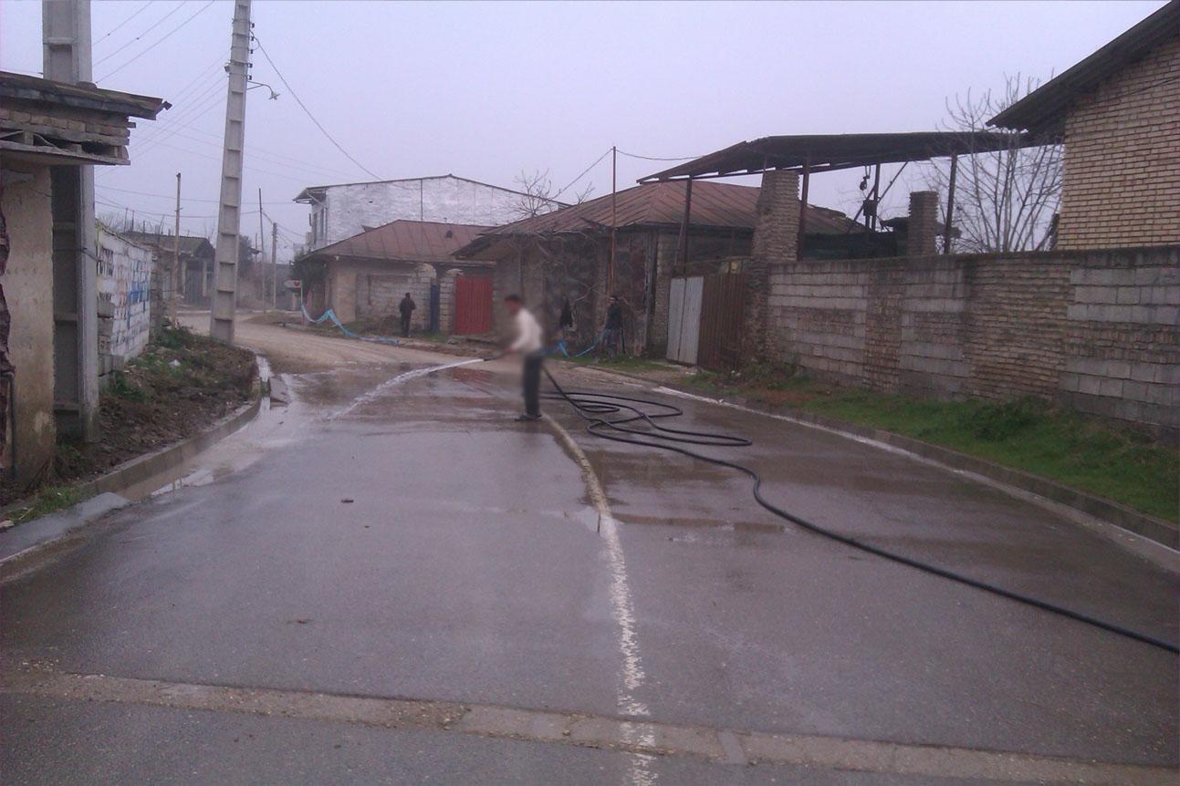 شستشوی جاده ی اصلی در روستا
