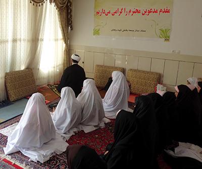 اقامه نماز جماعت و صحبت با دانش آموزان مقطع ابتدایی