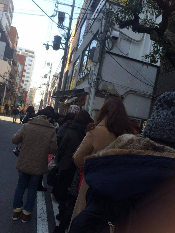 Long Queue Of Fans @ Jaksal Osaka