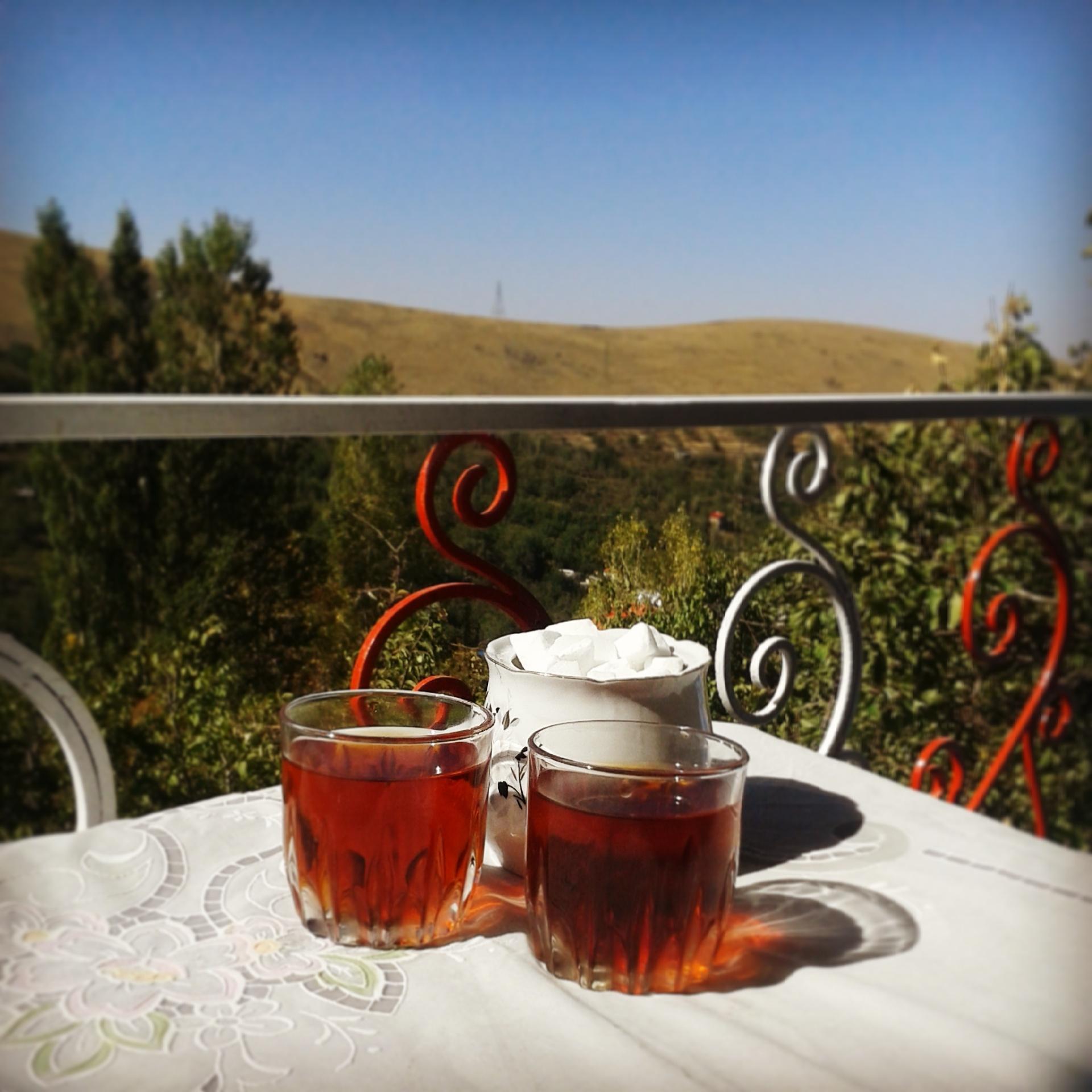 دو استکان چای در ایوان