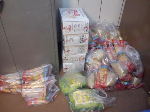 تهیه و توزیع بسته های غذایی بین خانواده های نیازمند