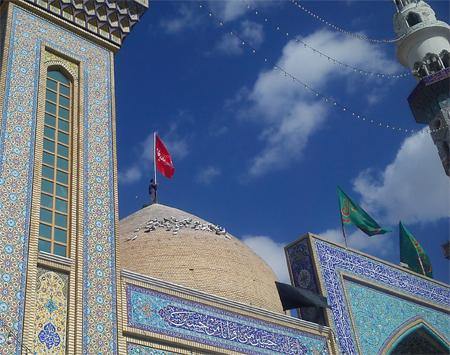 برافراشتن پرچم متبرک حضرت ابوالفضل بر فراز گنبد امامزاده سید محمد