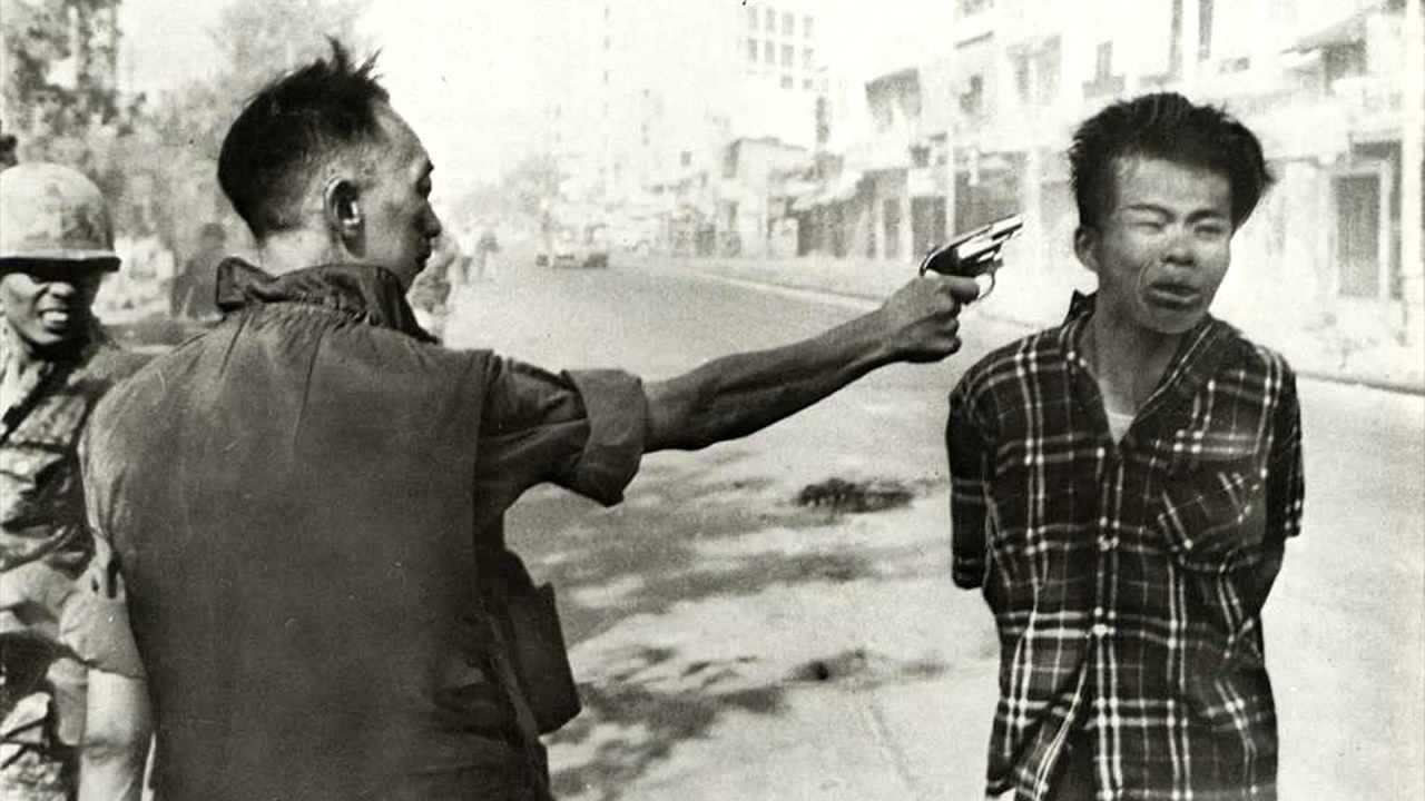 تصویر: اِدی آدامز این عکس که جایزه پولیتزر را نیز از آن خود کرده است، توسط اِدی آدامز گرفته شده است و یکی از معروف ترین عکس های جنگی تمام دوران میباشد.