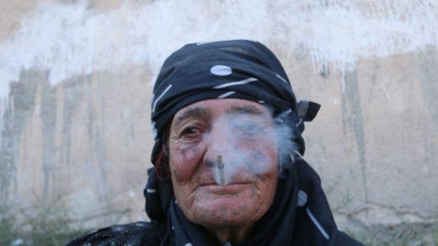 پیرزن بینوا به دلیل ممنوع بودن سیگار 2 سال بود که سیگار نمیکشید و با آزادشدن شهر از چنگال داعش اولین چیزی که از سربازان طلب کرد یک نخ سیگار بود