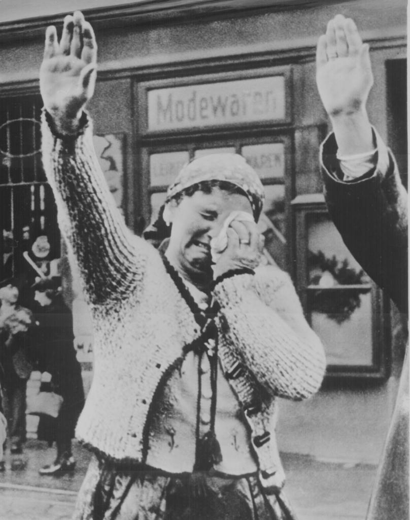 زن چک تبار که با فتح کشورش توسط ارتش نازی با چشمانی اشکبار دستانش را به علامت خوشآمدگویی و درود به نیروهای متجاوز آلمانی بالا برد، هرچند که اندوه ناشی که از تصرف کشور خود توسط ارتش هیتلر را نتوانسته پنهان کند