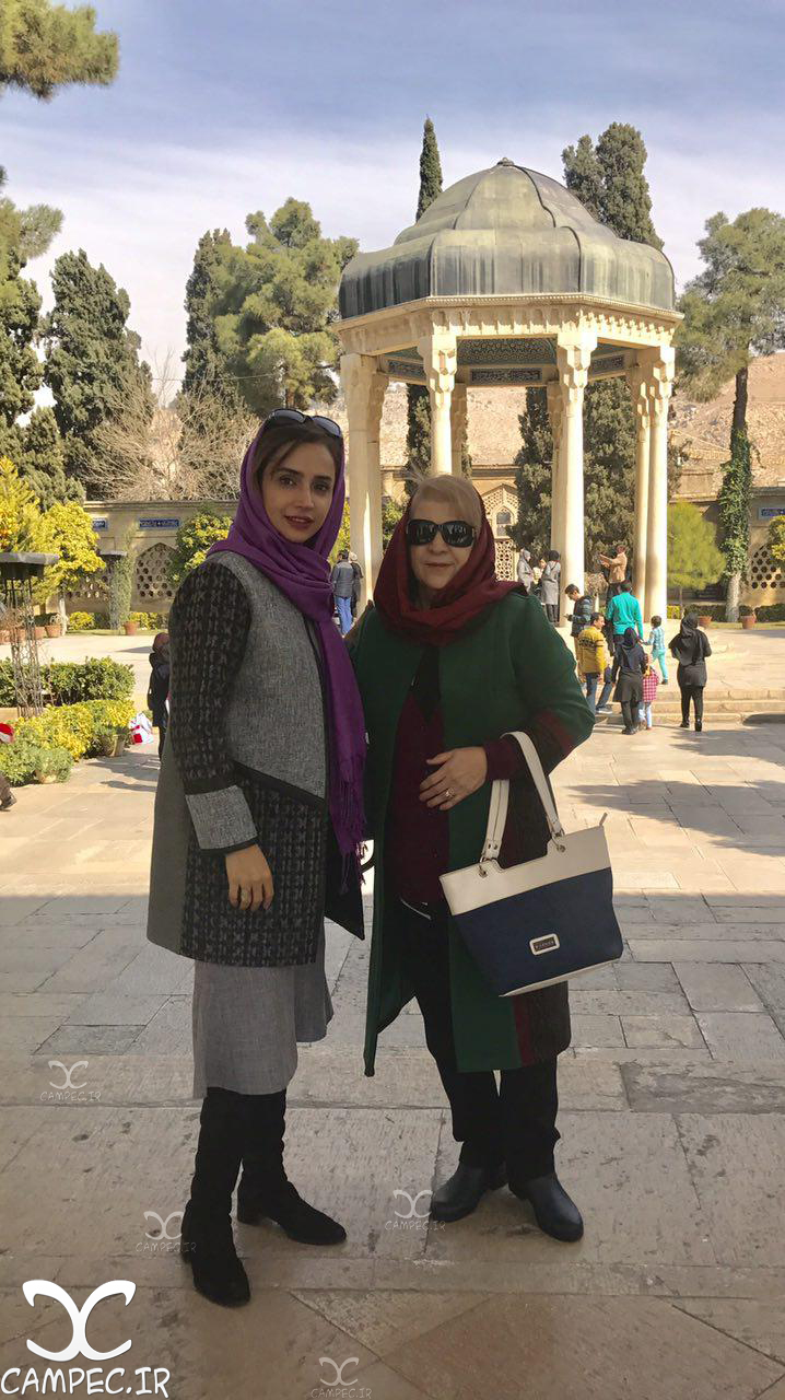 شبنم قلی خانی با مادرش در شیراز