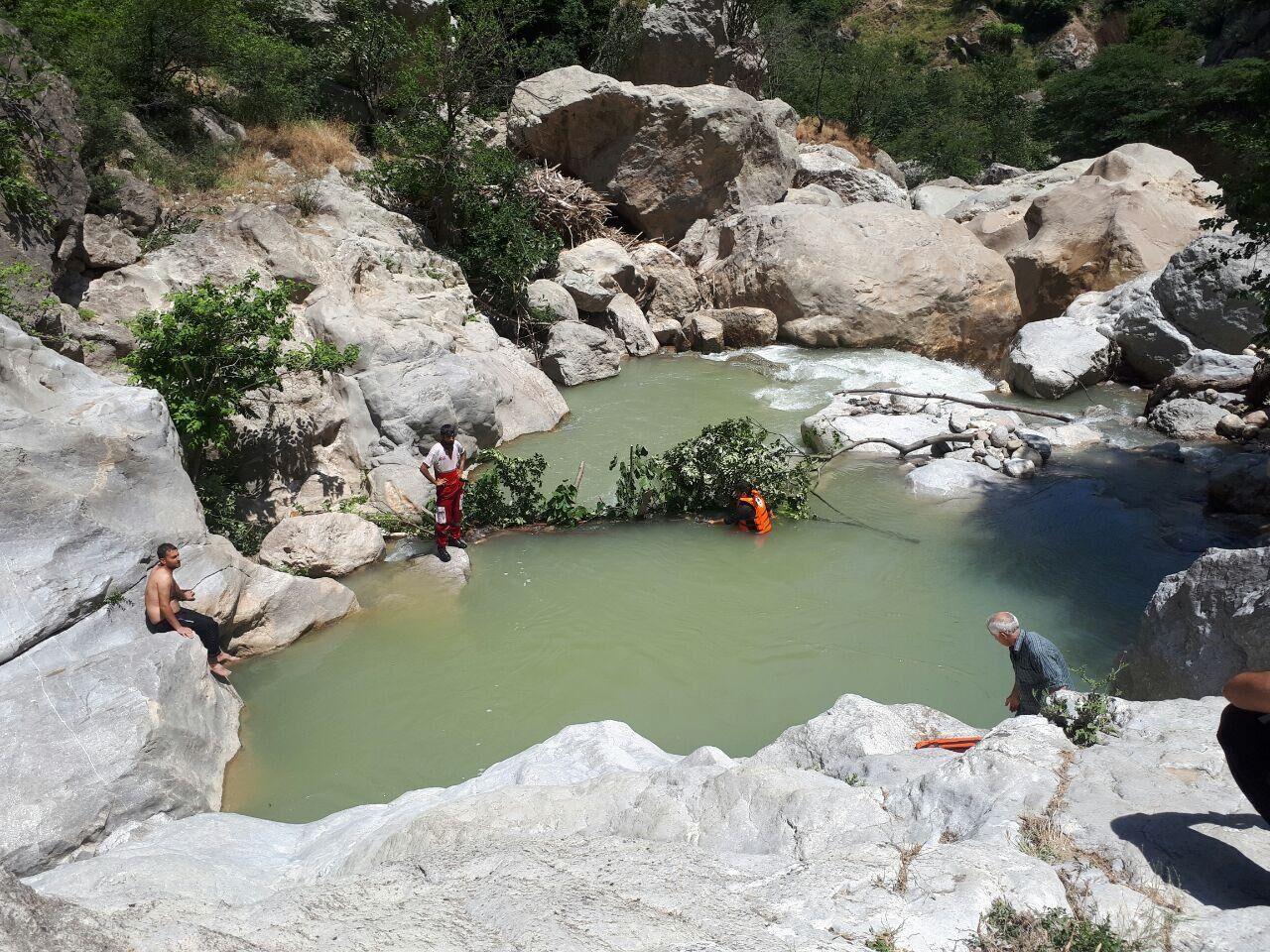 نجاتگران هلال احمر پیکر جوان مغروق در رودسر را پیدا کردند